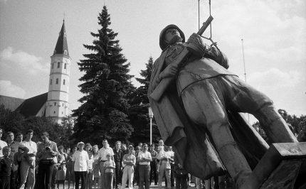 Fotografijų paroda keliasi į virtualią erdvę: ekologinis mitingas, Stalino ir Hitlerio veiksmų parodija